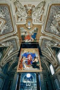 una vista da dietro l'altare.